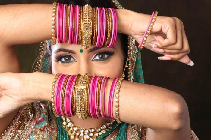 femeie din india care poarta bijuterii si alte accesorii