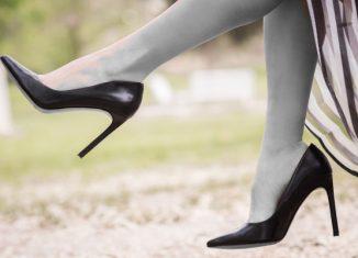 femeie in pantofi cu toc care sta picior peste picior
