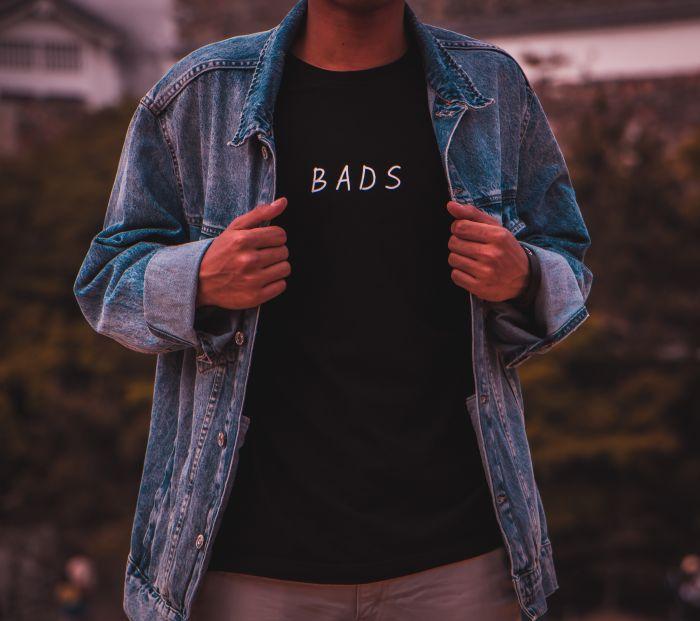 Bărbat îmbrăcat într-un tricou negru