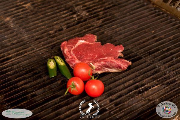 Antricot de vită cu salată verde și roșii cherry coapte