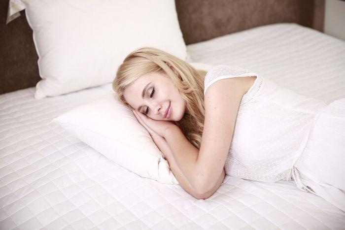 Femeie care doarme zâmbind