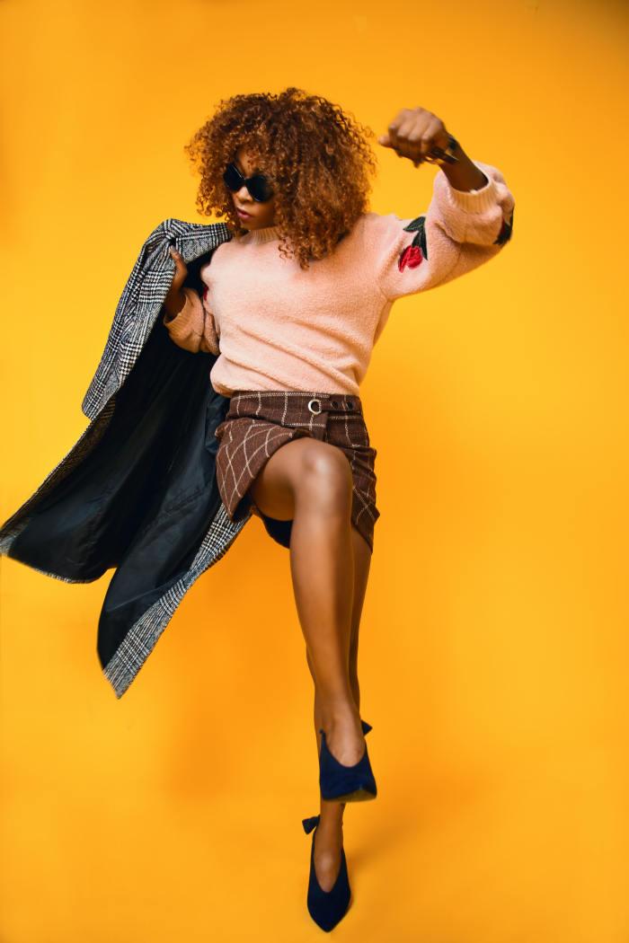 femeie care danseaza imbracata in haine tweed