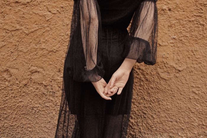 rochie neagra cu maneci transparente din dantela