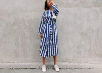 femeie care poarta o rochie in dungi albastre