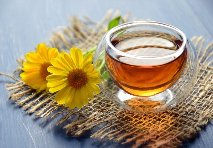 bol din sticla umplut cu miere
