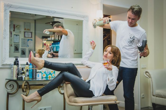 femeie la salon