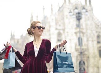femeie cu pungi de cumparaturi in mana