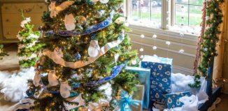 brad de craciun impodobit cu ornamente albastre