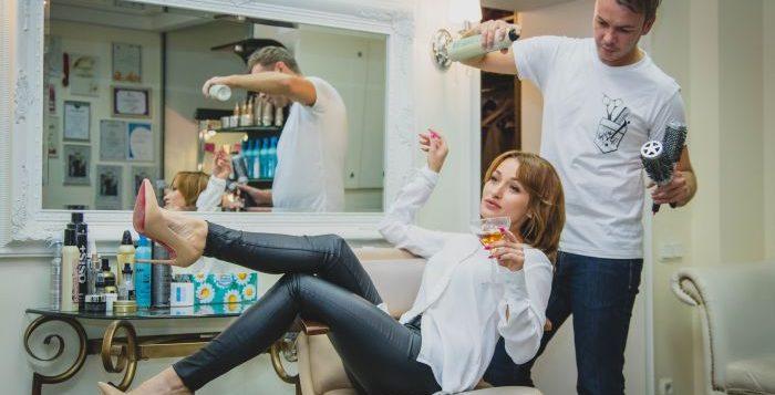 femeie la salonul de frumsete