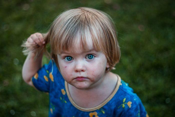 fetita blonda cu ochi albastri