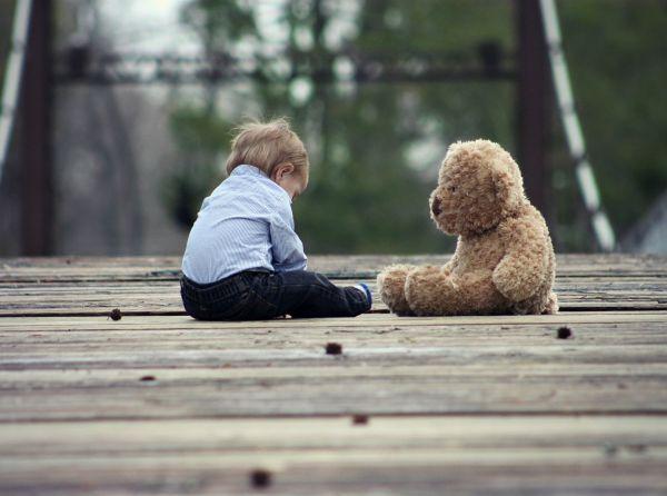 copil langa un ursulet de plus