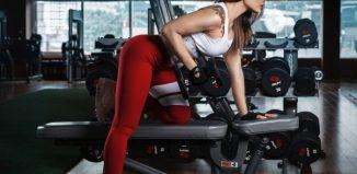 femeie la sala de fitness