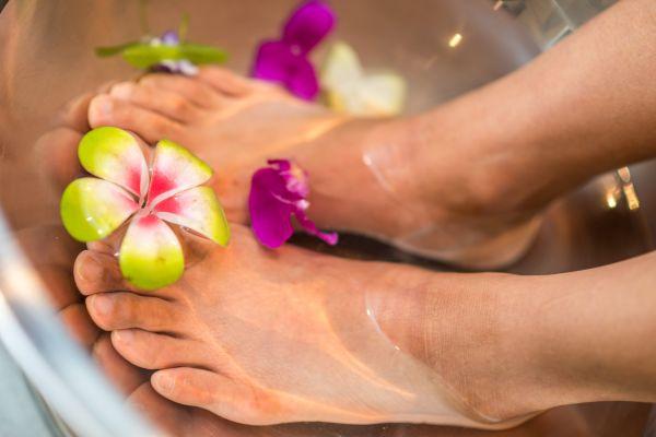 femei cu picioarele in apa la un salon spa