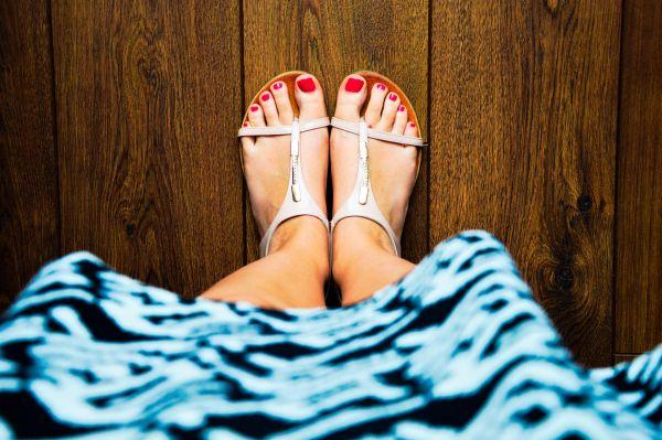 picioare de femeie incaltate cu sandale