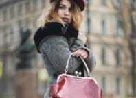 Femeie imbracata in haine de iarna