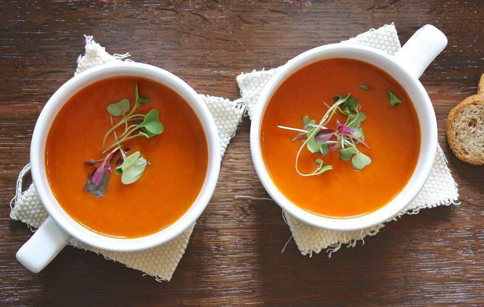 Doua boluri cu supa crema de legume