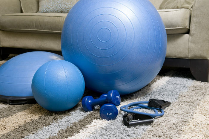 Pentru gimnastica de dimineață ai nevoie de echipamente de fitness, mingii de fitness, gantere si extensor