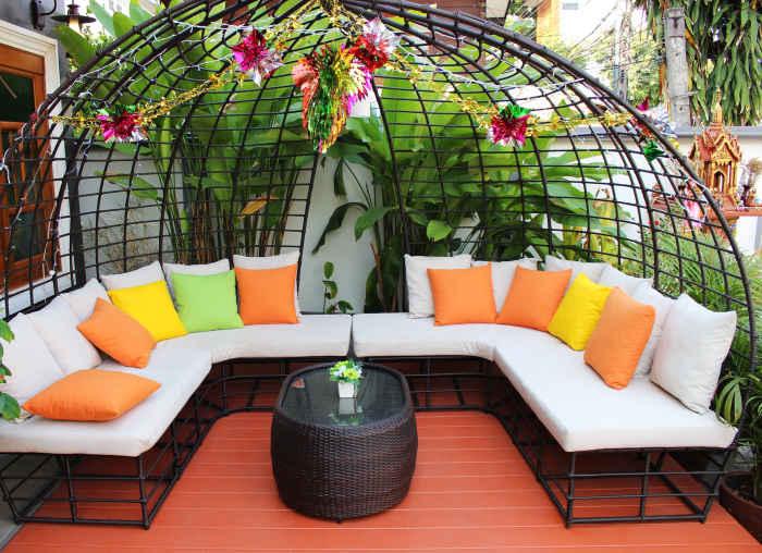 Mobilier pentru terasă sub forma unor canapele mari și confortabile
