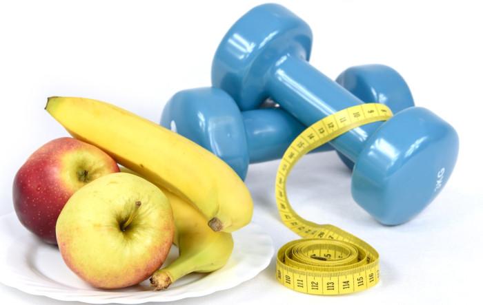 Fructe mar și banană alături de o ganteră care te ajută să slăbești cât mai rapid