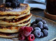 Pancakes cu fructe de pădure pe o farfurie