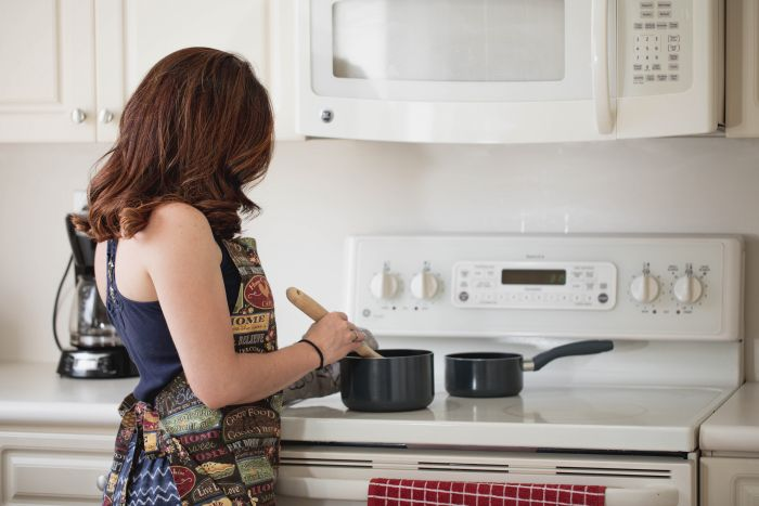 Femeie care gătește în bucătărie